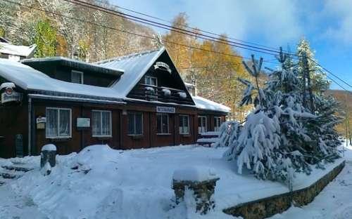 Telniceスキー場で冬のコテージ