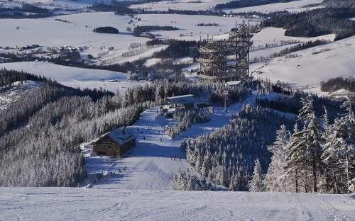 Zimowy widok na szlak w chmurach, niższe Morawy