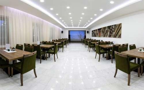 Prostory k posezení v baru v hotelu Kamzík