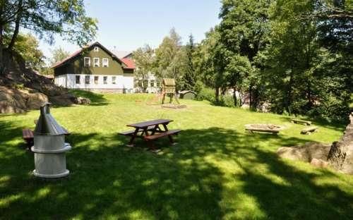 Garten mit Pool, Spielplatz und Kamin beim Ferienhaus