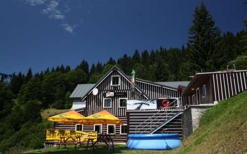 Hytte med swimmingpool og restaurant