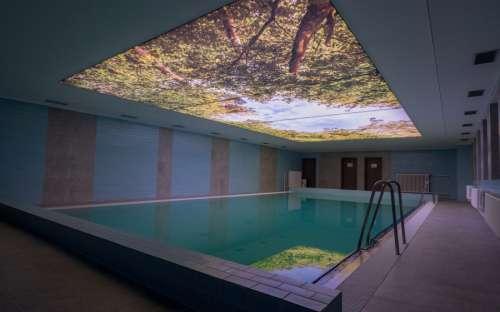 Indendørs swimmingpool på Hotel Kamzík