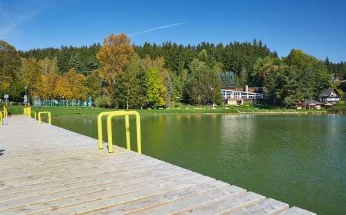 Dolce Camp - een natuurlijk reservoir met een waterglijbaan