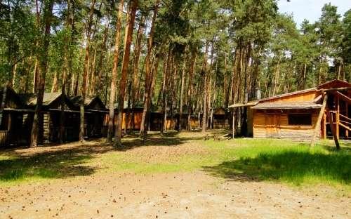 Obóz Klůček - wyposażone domki