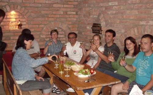 Siedząc w piwnicy z winami, degustacja