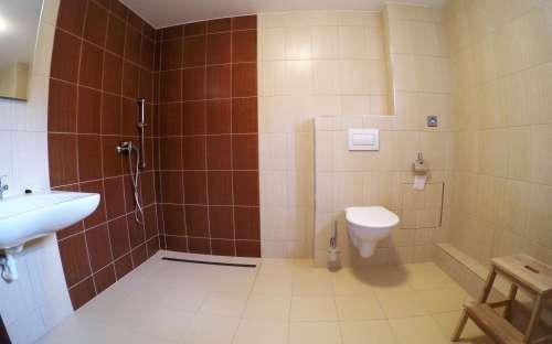 Bezbariérový pokoj s manželskou postelí - bezbariérová koupelna