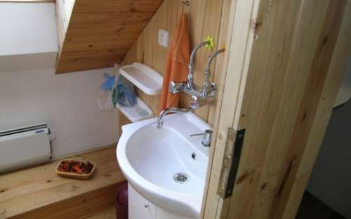 Toaleta a koupelna v patře