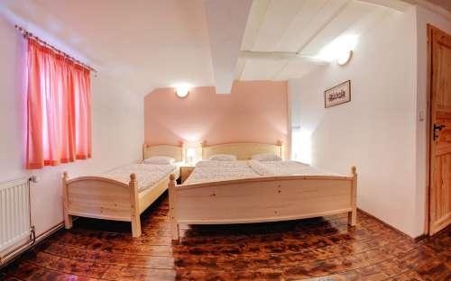 Room Ukachničky(No. 4)-XNUMXベッドピンクルーム