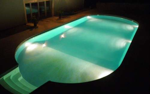 17メートルの屋外照明付きプール