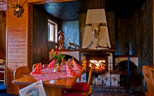Restaurace Koliba - Komorní Lhotka. Posezení u krbu