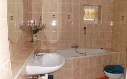 Apartament - salon i łazienka