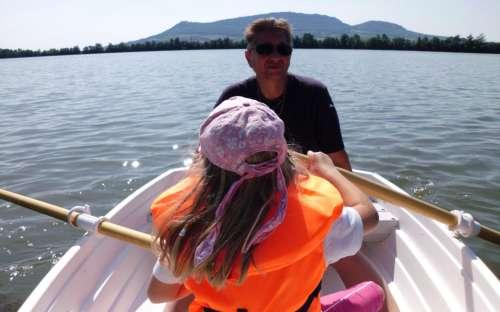 Żeglowanie po jeziorze w wynajętej łodzi