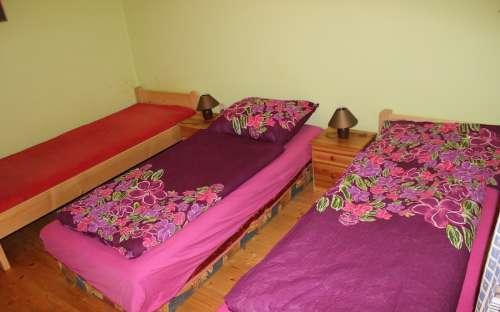 Apartmánová ložnice s velkou manželskou postelí a samostatným lůžkem