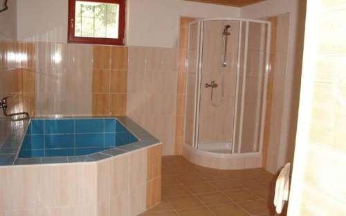 Sprchový kout s ovlažovacím bazénkem