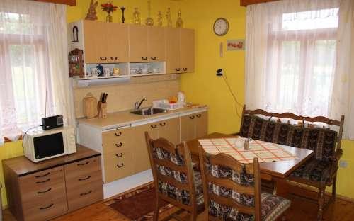 Apartmán - Vybavená kuchyň s jídelním stolem