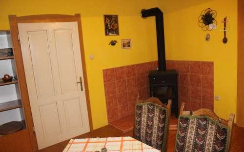 Apartmán - jídelna, kuchyň s krbovými kamny