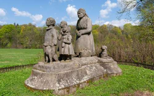 Ratibořice - Statue der Großmutter und der Kinder