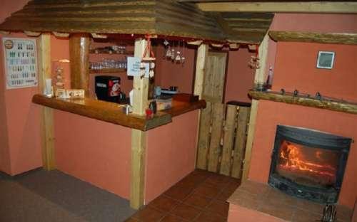 Stylový bar s krbem v penzionu