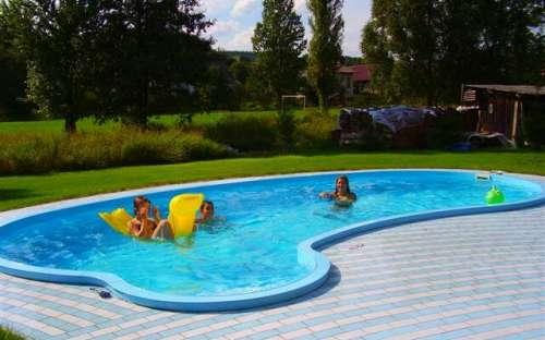 ゲストハウスの屋外温水プール
