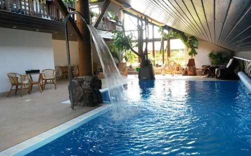 Luxusní krytý bazén s posezením