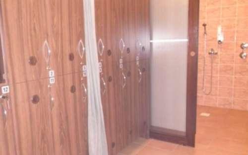 Sprchy se skříňkami u bazénu