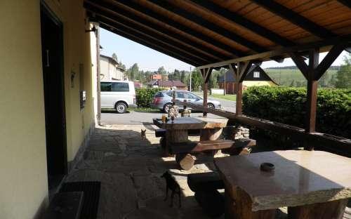 Bar s venkovním posezením