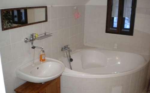 Koupelna s rohovou vanou - Rodinný apartmán