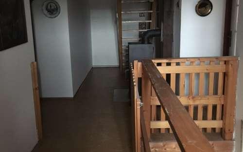 Schodiště do 2.patra do apartmánu č.5 (schodiště v pozadí)