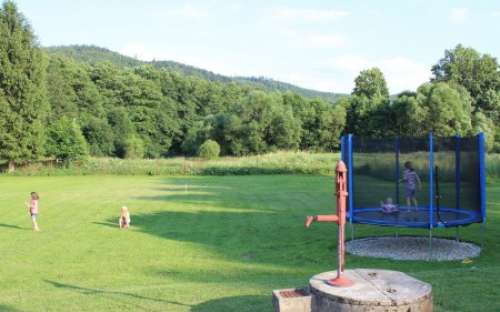 Hage på pensjonatet med trampoline