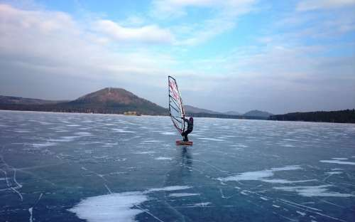 Windsurfen im Winter am Mácha-See
