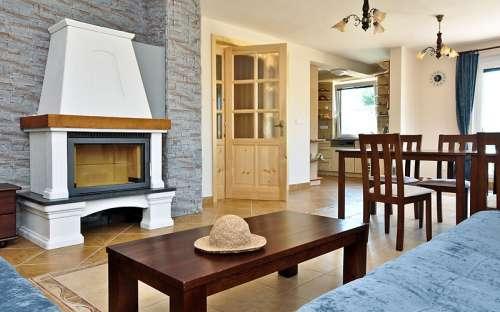 Gemeinsames Wohnzimmer mit Kamin