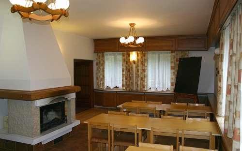 Salle de classe avec cheminée