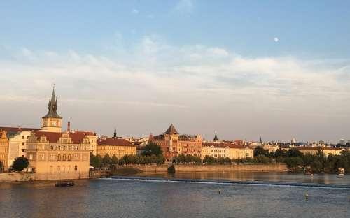 Pohled z Karlova Mostu na Vltavu