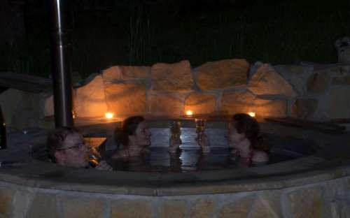 Romantické koupání v studni