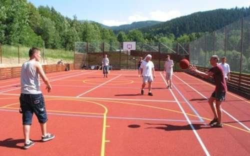 Sportgebied in de buurt van vakwerkhuizen