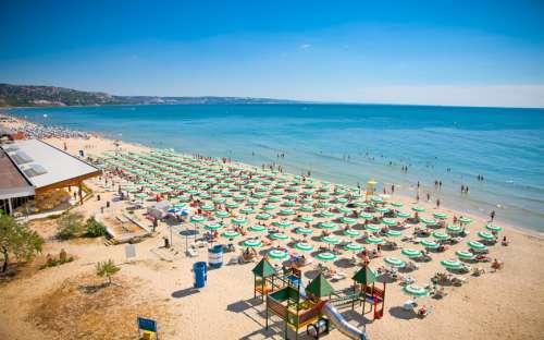 Pláž se zlatavým pískem na pobřeží Černého moře