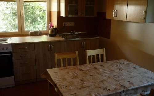 Kuchnia z widokiem na dom