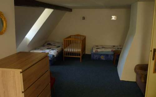Duża sypialnia na poddaszu dla 7 osób i łóżeczka dziecięcego
