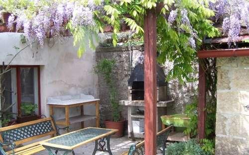Zahrada u penzionu s bazénem