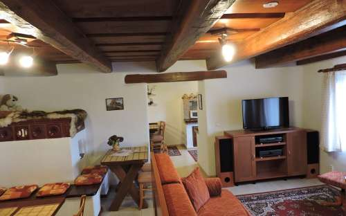 Hlavní místnost v přízemí - největší obývací pokoj chalupy, součástí apartmánu