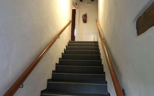 Schůdky do patra - směřují k obývacím pokojům/malým apartmánům.