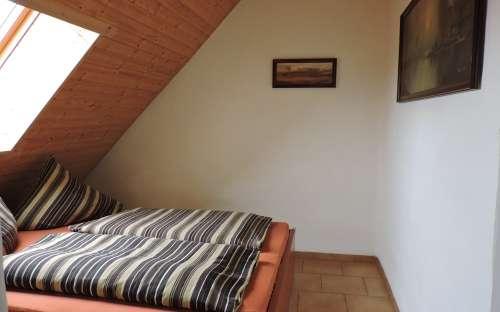 Tato lůžka se nacházejí v apartmánu v patře na západní straně chalupy.