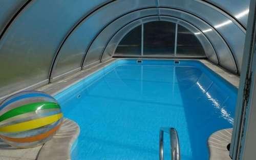 ソーラーパネルで温められた屋内プール