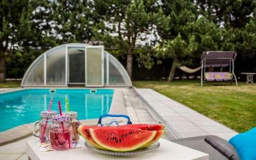 プールでの夏のリラクゼーション