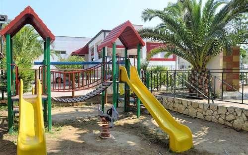 dětské hřiště v areálu