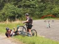 Mädchen mit dem Fahrrad rund um den Hracholusky Dam