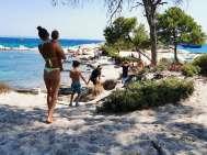 Acampamento selvagem na Grécia - à beira-mar
