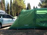 Camping dans une tente familiale