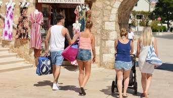 Turisté v historickém centru Primoštenu