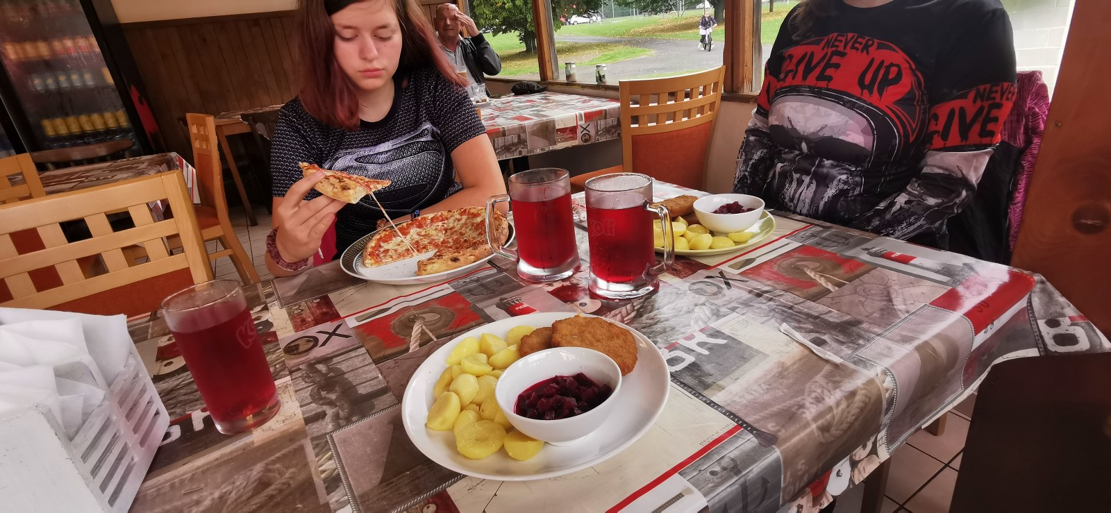 https://www.kempy-chaty.cz/sites/default/files/turistika/141_-_obed_v_restauraci.jpg